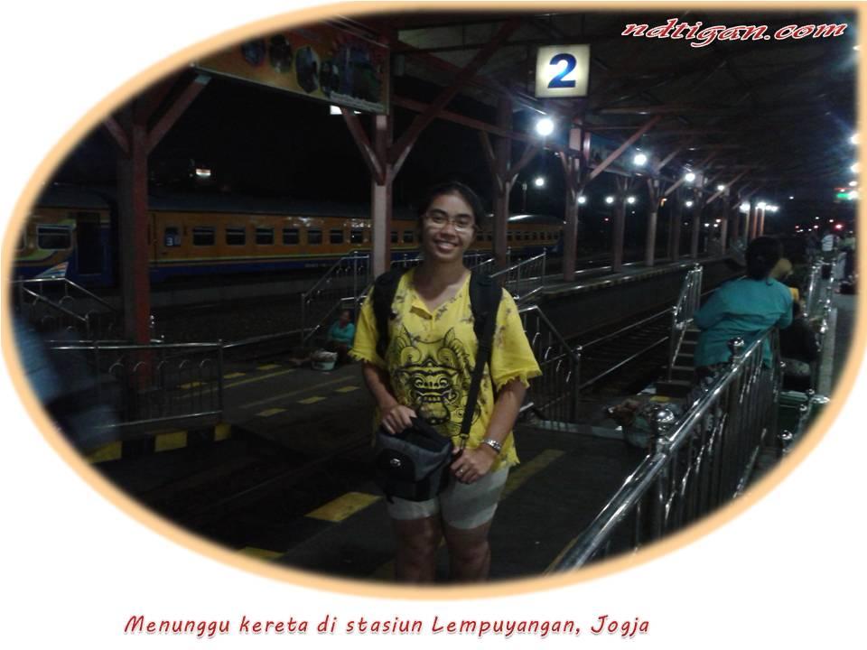 menunggu kereta di stasiun Lempuyangan