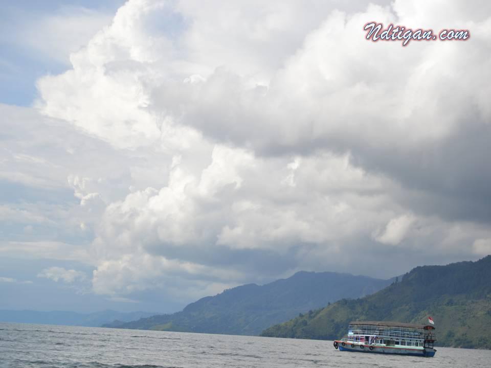 Kapal Penyeberangan ke pulau Samosir