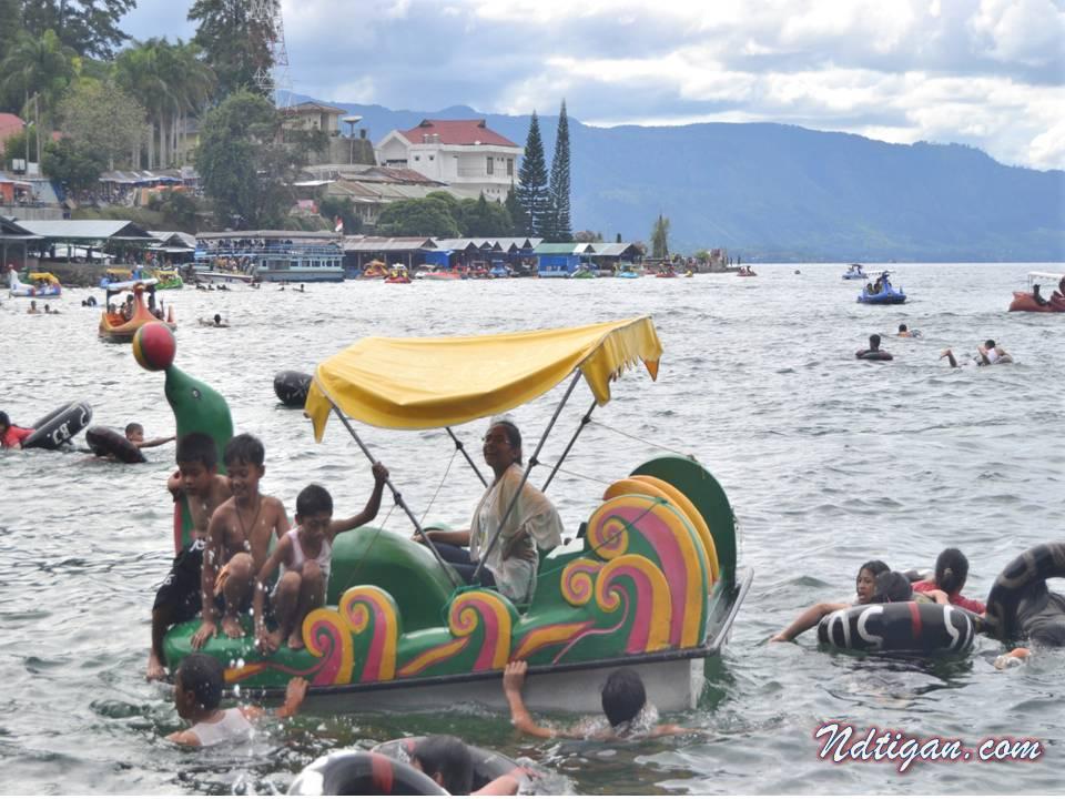 berenang di Danau Toba