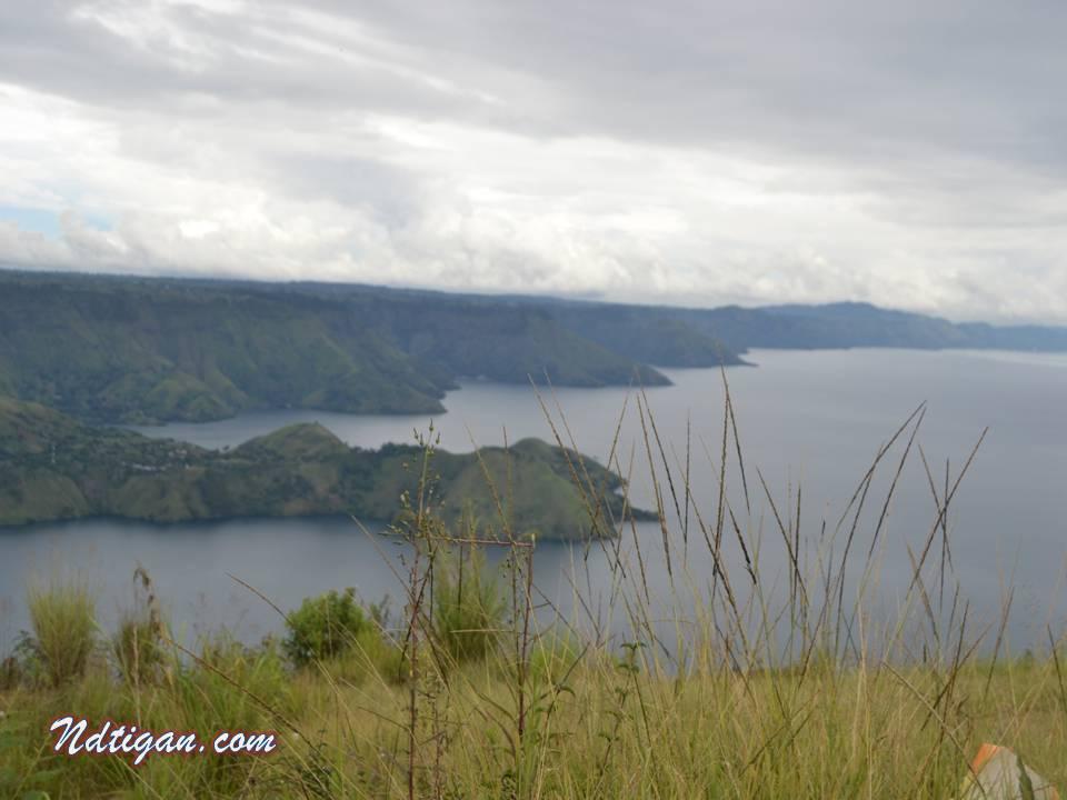 Danau Toba dari bukit tertinggi TamanSimalem Resort