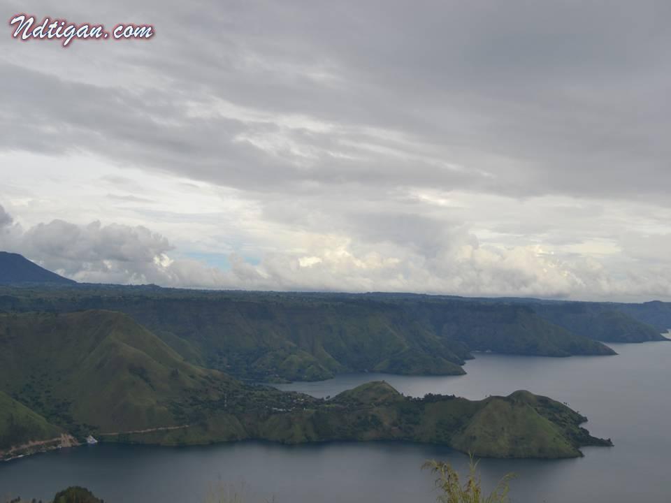 paduan danau bukit dan lembutnya awan