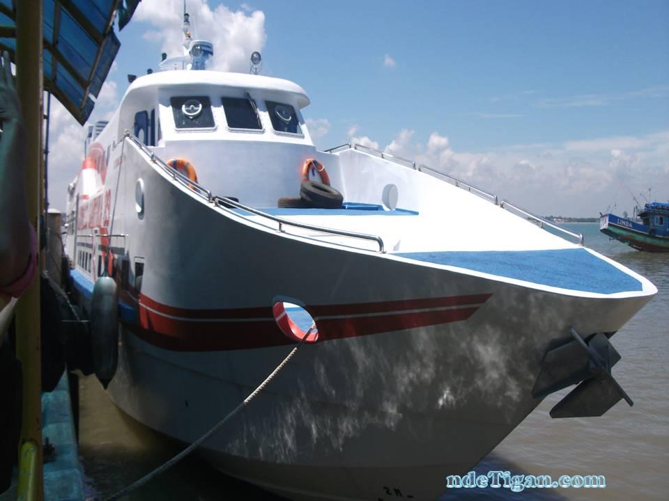 Kapal Express Bahari di dermaga Kartini,Jepara
