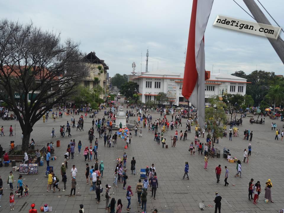 Many people visit Kota Tua