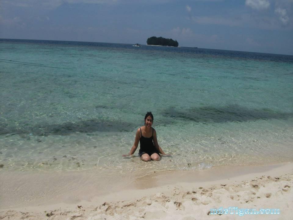 pantai yang jernih dengan pasir putihnya