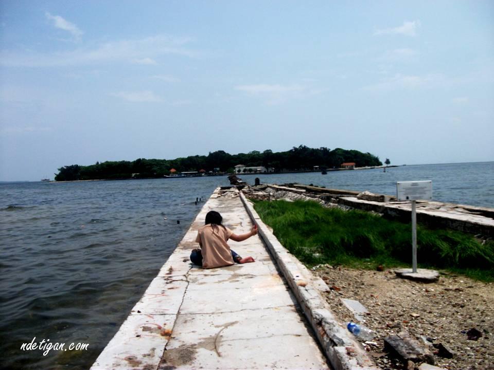 Jembatan putus penghubung Pulau Cipir dan Pulau Onrust