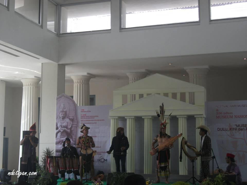Penampilan musik tradisional nusantara oleh Grup Archipelago