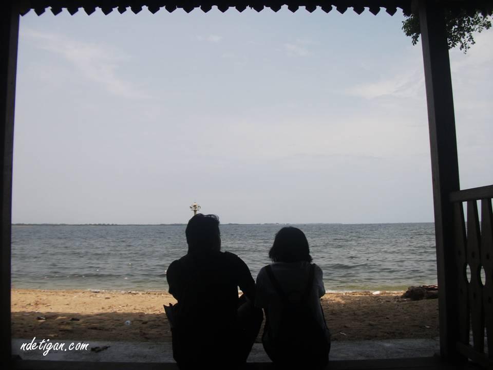 Santai di saung tepi pantai